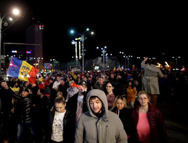 """Proteste față de noile restricții. Sute de oameni au ieșit în stradă în marile orașe ale țării: """"Ne-aţi umilit"""""""